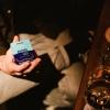 QNIQ® Energy Gel abends an der Bar